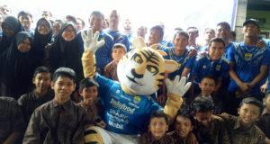 Persib Bandung Bersama Dengan Anak Panti Asuhan