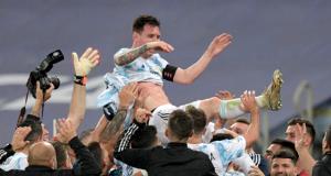 Lionel Messi Angkat Trofi Pertama Bersama Argentina